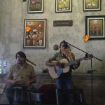 Cuenta con música en vivo de artistas locales.