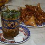 traditionnel thé à la menthe accompagné de quelques douceurs