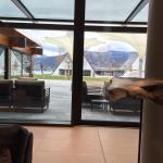 Der Lobby-/Barbereich im neuen Deltapark ist sehr grosszügig und der Treppenaufgang sieht elegan