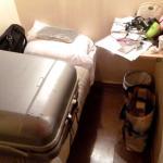 Der Platz ist so eng, der Koffer kann nur auf der Pritsche geöffnet werden, diese ist super kurz