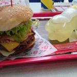 hamburguesa con tocineta y cebolla grille