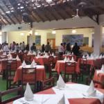 El amplio local y sus mesas y al fondo el buffet