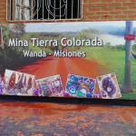 Mural que anuncia la mina