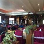 Salle du restaurant La Canard Laqué et son arbre à billets.