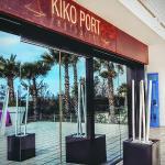 Entrada del restaurante Kiko Port donde se aprecia por reflejo, la terraza con vistas al mar.