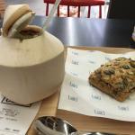 Coco recién abierto y bocadillo de jamón iberico