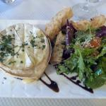 Camembert au four (entrée du 1er menu)