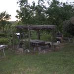 Afuera tiene varias mesas de madera por si quieres hacer una barbacoa o una cena romántica