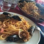 """Un primo piatto con pescato del giorno... """"Spaghetti alla Pirata""""... Superlativi. Servizio simpa"""
