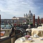 Habitaciones cómodas y el desayuno diariamente con una espextacular vista dem Gran Canal