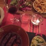 Chorizos cuit au vin rouge et écrasée de pommes de terre / poitrine de port cuite dans la graiss