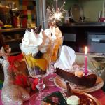brownie en een glas met chocola-fruit en slagroom