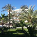 Blick auf das Hotel von der Pool Parkanlage aus