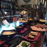 Il locale è aperto e, se siete di passaggio, fermatevi!!! Buon vino e ottimo buffet!!
