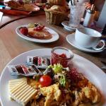 """amerikanisches Frühstück"" (Pancake, Sesambagel, Toast, Rührei + Bacon, Salat, Ahornsirup, Nutel"