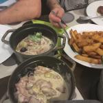 foie de volaille champignons sauce accompagne de frite maison . Une marmite c'est pour une perso