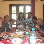 un dîner avec des amis dans une partie de la grande salle de séjour.