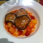 Gnocchi con pomodorini, melanzane fritte e pecorino