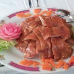 die Vorspeise : knusprige Entenhaut mit Pfannküchlein Rohkost und Spezialsauce