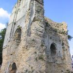 Dans l'épaisseur du mur on aperçoit une ancienne cheminée