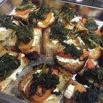 bruschetta con erba pazza mozzarella di bufala e pomodori