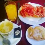 """ejemplo de desayuno incluido. Café, zumo de naranja natural, tostada """"catalana"""", y dulce casero"""