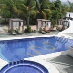 la piscina, limpia, el agua tibia y los camastros son cómodos
