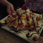 postre para compartir, tortilla de manzana con helado, crema, duraznos, charlotte y nueces caram
