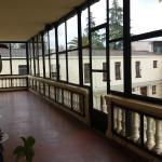 Terraza acristalada, con mesas y escalera de acceso al Jardin.