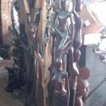 Такие высокие статуэтки из дерева, покрашены черной краской