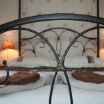 Double en suite with four poster bed