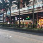 halte bus ke airport ( bus A21) itu diseberang hotel, patokan toko rolex,nanti antri disitu ya,