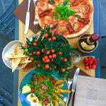 Pranzo all'aperto: Pizza e Insalata di pollo