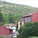 Vista del Hotel y el Restaurante. Al fondo la ladera del Moncayo.