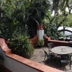 un hotel, rodeado de naturaleza