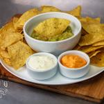 Mexicano - Guacamole com nachos, molho sourcream e cheddar