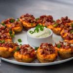 Potato Skin - O especial da casa! batatas recheadas com cheddar e bacon com molho sourcream e ce