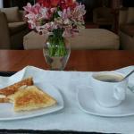 Desayuno ligero en la sala del hotel