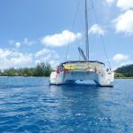 pause dans le lagon bleu et une eau limpide