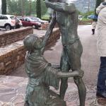 Statua in bronzo all'esterno del santuario