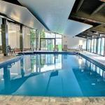Accès à une grande piscine intérieure.