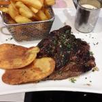 Viande de boeuf frites sauce roquefort dans le menu 15 euros