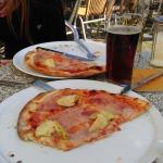 Pizza mit Schinken und Artischocken