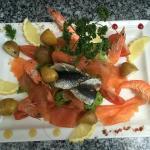 Salade de la mer : saumon fumé maison,crevettes, sardines en filet et pomme de terre grenaille ?