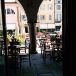 I tavolini esterni sotto i portici di Piazza della Vittoria