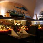 Schön eingerichtet mit einem großen Aquarium als Raumtrenner