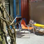 Terasse vor dem Zimmer samt Mobiar zum chillen. Innenbereich der Anlage gut für Kinder geeignet