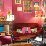 La deuxième salle, avec un canapé, et à côté, des jouets pour occuper les enfants