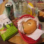 Formule bagel (Perrier + chips de légumes + bagel saumon-chèvre + muffin aux fruits rouges)