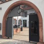 Der Eingang zum Hotel-Restaurant Kaiser - 2